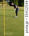 ゴルフをする女性 35412549