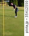 ゴルフをする女性 35412550