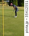 ゴルフをする女性 35412551