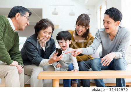家族 スマホ 笑顔 35412979