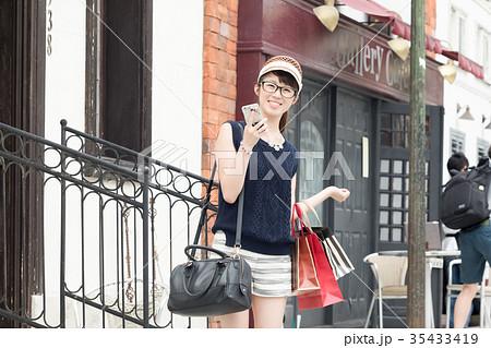 ショッピングを楽しむ若い女性 35433419