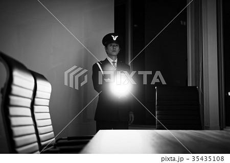 夜間の巡回をする警備員 35435108