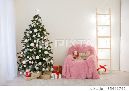 Christmas tree with presents in Christmas lightsの写真素材 [35441742] - PIXTA