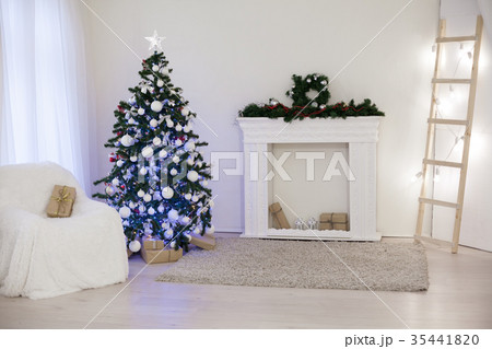 Christmas tree in a white room with Giftsの写真素材 [35441820] - PIXTA
