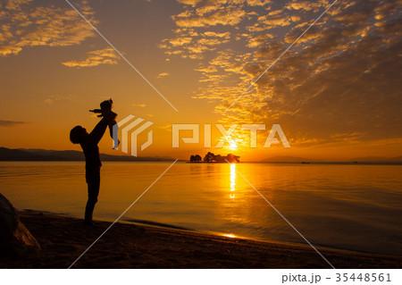 夕日を浴びる親子、宍道湖畔にて 35448561