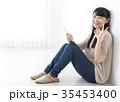 タブレットを操作する若い女性 OKサイン 35453400