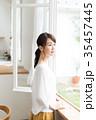 女性 人物 窓の写真 35457445