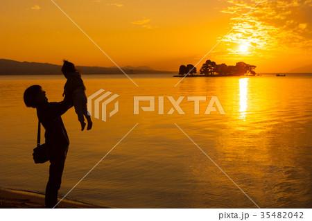 夕日を浴びる親子、宍道湖畔にて 35482042
