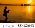 夕日を浴びる親子、宍道湖畔にて 35482043