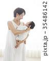 赤ちゃんを優しく抱く女性 35486142