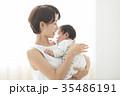 赤ちゃんを優しく抱く女性 35486191