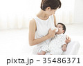 赤ちゃんを優しく抱く女性 35486371