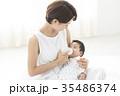 赤ちゃんを優しく抱く女性 35486374