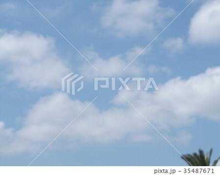 秋の稲毛海浜公園の青空と白い雲 35487671