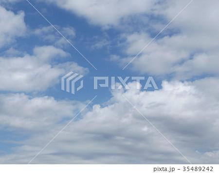 秋の稲毛海浜公園の青空と白い雲 35489242