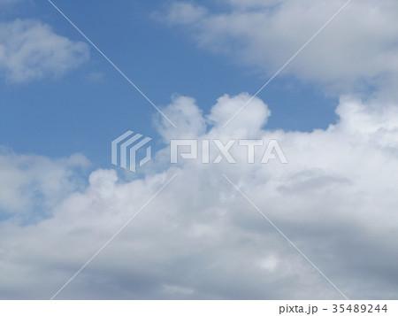 秋の稲毛海浜公園の青空と白い雲 35489244
