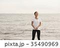 海でトレーニングする女性 35490969