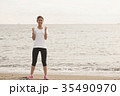 海でトレーニングする女性 35490970