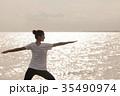 海でトレーニングする女性 35490974