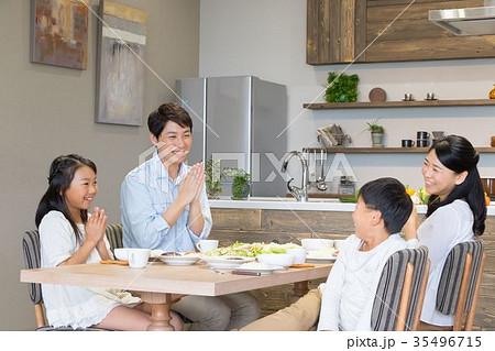 食事をする4人家族 父親 お父さん お母さん 母親 姉弟 生活感 35496715