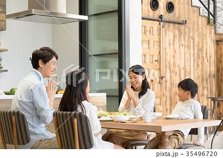 食事をする4人家族 父親 お父さん お母さん 母親 姉弟 生活感 35496720