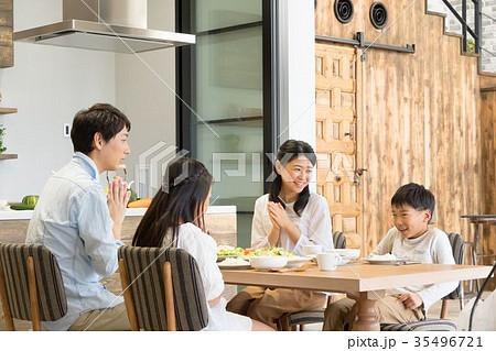食事をする4人家族 父親 お父さん お母さん 母親 姉弟 生活感 35496721