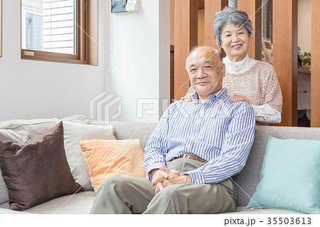 シニア 夫婦 オシドリ夫婦 肩もみ スキンシップ  35503613