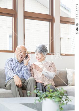 シニア 夫婦 オシドリ夫婦 スマートフォン 35503624