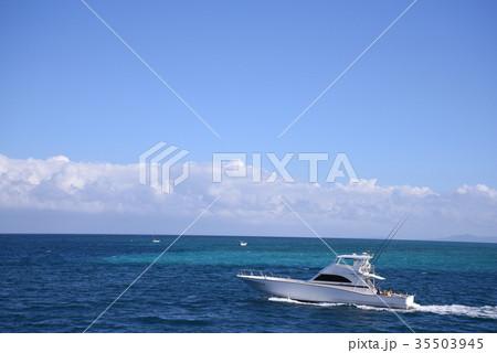 白いクルーザーと青い海 35503945