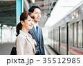 男女 ビジネス 電車の写真 35512985