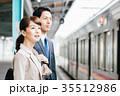 男女 ビジネス 電車の写真 35512986