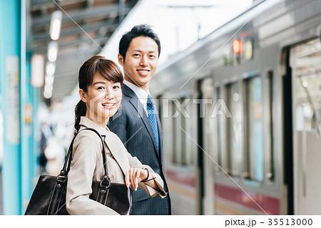 電車 移動 ビジネス 男女 撮影協力・京王電鉄株式会社 35513000