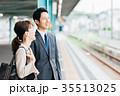 男女 ビジネス 電車の写真 35513025