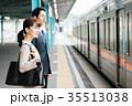 男女 ビジネス 電車の写真 35513038