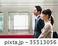 男女 ビジネス 電車の写真 35513056