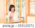 女性 窓 自然光の写真 35515571