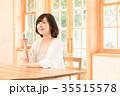 女性 窓 自然光の写真 35515578