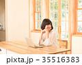女性 窓 自然光の写真 35516383