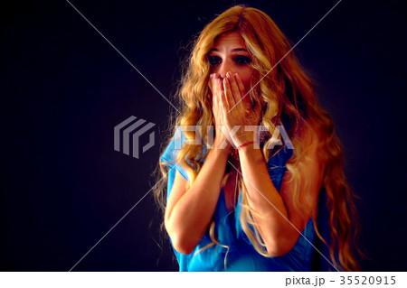 Shocked woman screaming with joyful. Surprised 35520915