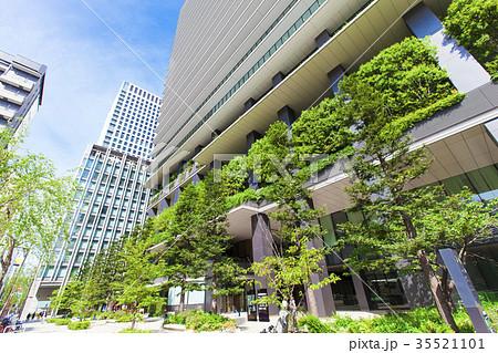 緑化スペースのあるオフィスビル 35521101