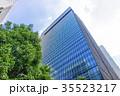 緑のあるオフィス街の風景 35523217