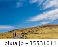 秋の長野 車山高原から気象レーダー観測所を望む ハイキングする若いカップル 35531011