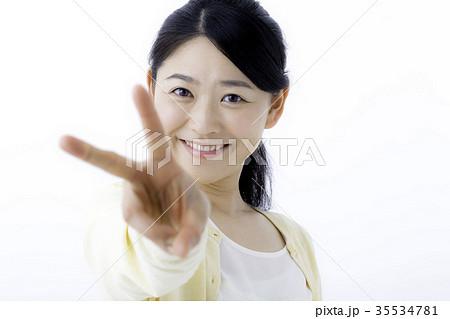 ピースサインをする若い女性 Vサインの写真素材 [35534781] - PIXTA
