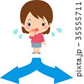 分かれ道で悩む若い女性 35555711