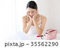 美容 鏡を見る女性 35562290