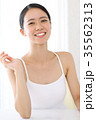 美容 鏡を見る女性 35562313