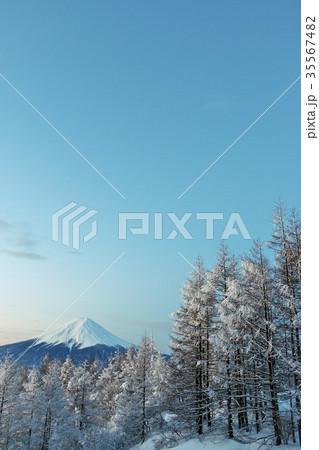 富士山と冬の樹氷 35567482