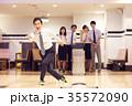 ボーリングを楽しむビジネスパーソン 35572090