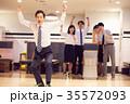 ボーリングを楽しむビジネスパーソン 35572093