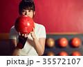 ボーリングをする女性 35572107